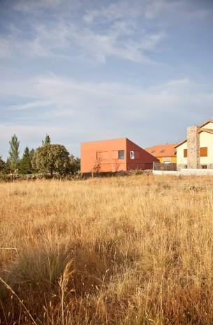 Diseño:Aritz González. Fotografia: Jorge Lopez Conde.  Esta es la primera casa que hemos diseñado y construido en Segovia. La superficie de la parcela es de 504 m2 y la casa (incluyendo los patios) tiene una superficie de 190 m2 de los cuales 140  corresponden a la planta baja  y 50 a la  planta primera. Cuenta con la peculiaridad de que la planta baja puede  cerrarse por completo, como se puede ver en las imágenes.